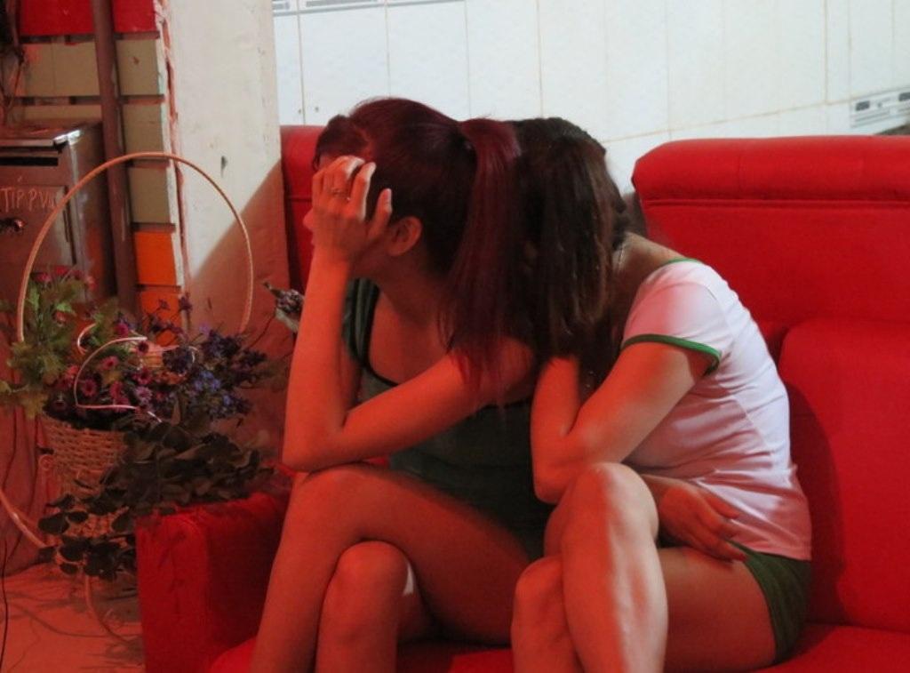 Hai nhân viên bị bắt quả tang đang massage kích dục cho khách