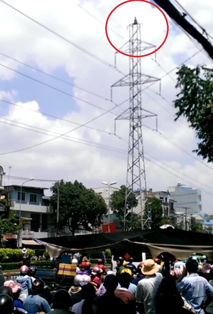 Người đàn ông trèo lên ngọn trụ điện cao thế và cố thủ trên đó suốt 2 giờ