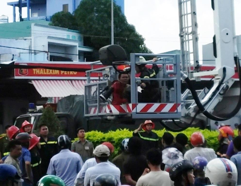 Lực lượng cứu hộ đưa người đàn ông xuống đất an toàn