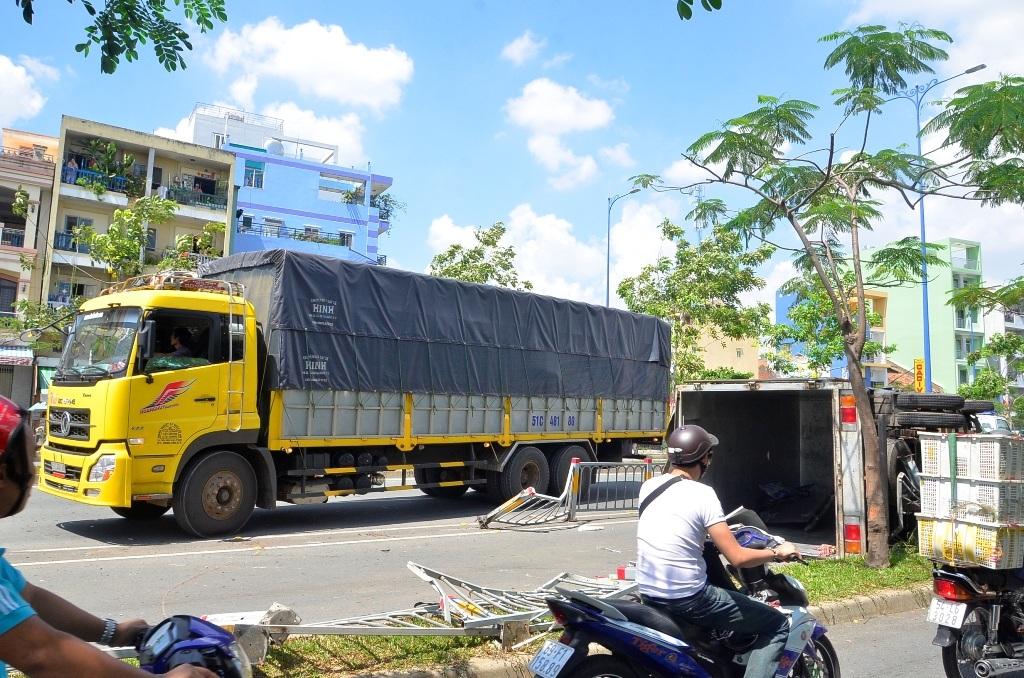 Một xe tải khác được điều đến bốc dỡ số hàng hóa trên xe đi