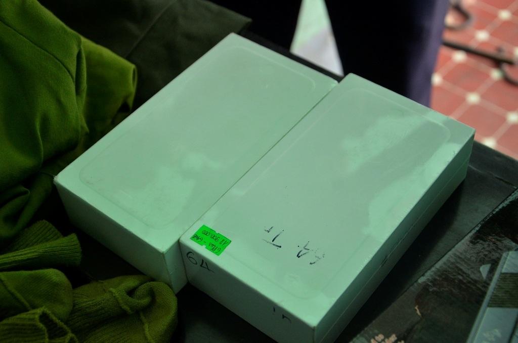 Tang vật là 2 chiếc iPhone 6 Plus mà công an thu giữ