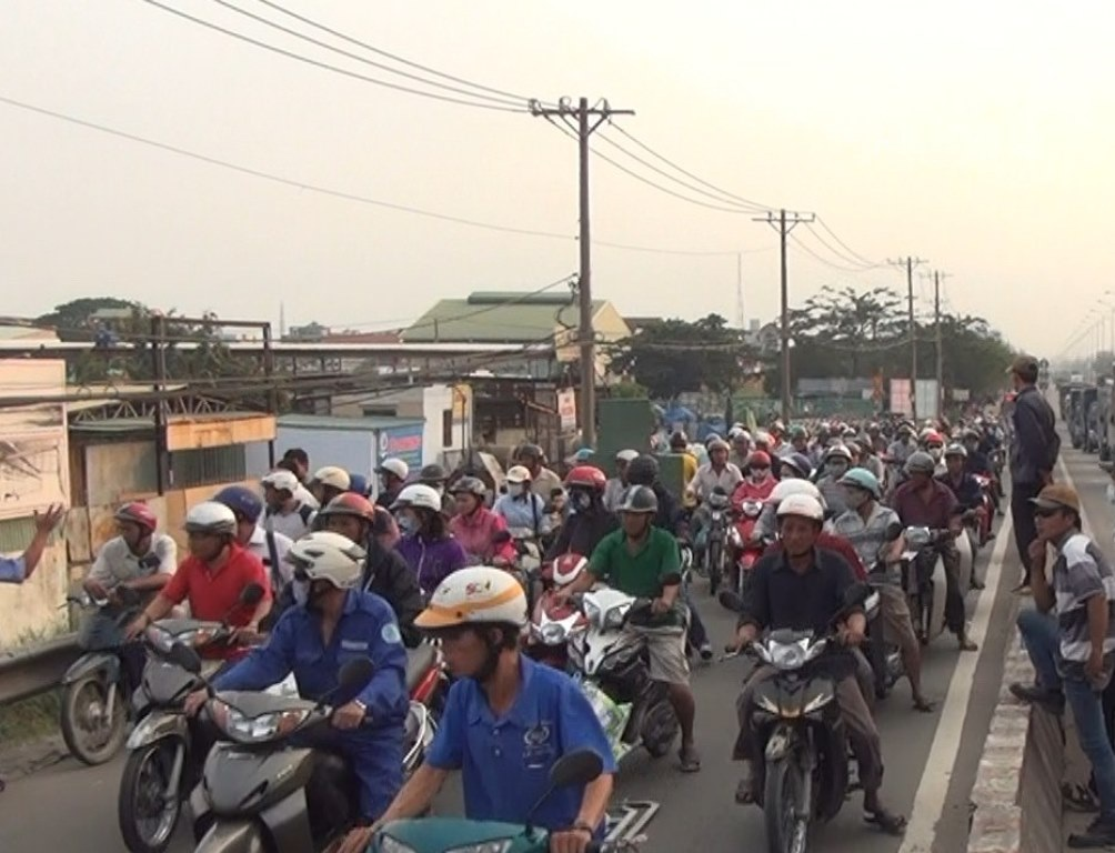 Người dân dừng xe để theo dõi vụ việc khiến giao thông qua khu vực bị ùn ứ