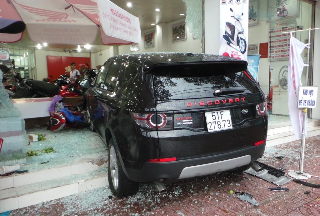 Chiếc ô tô lao vào cửa hàng xe máy mới chịu dừng lại