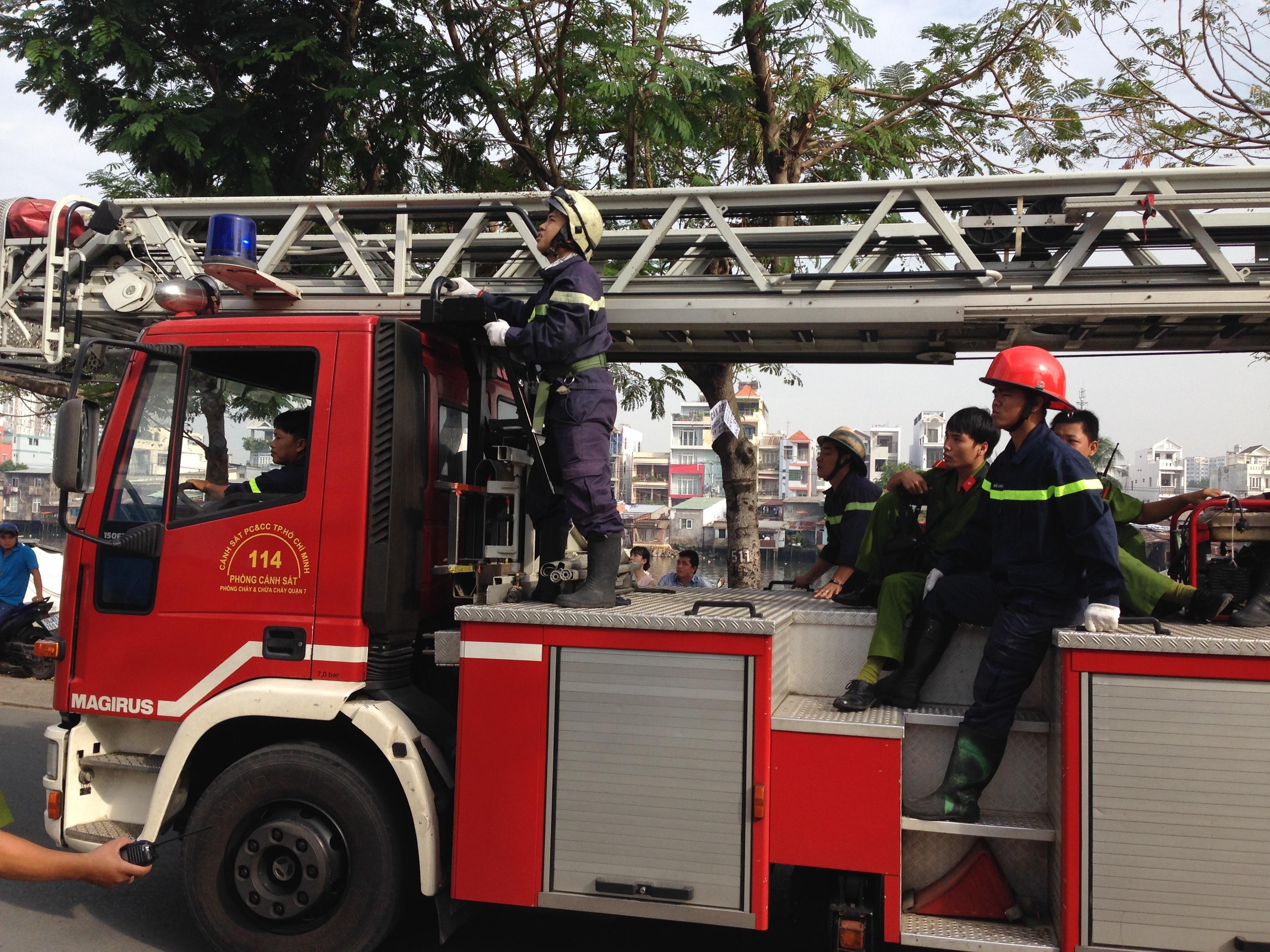 Xe thang được điều đến hiện trường thực hiện việc giải cứu