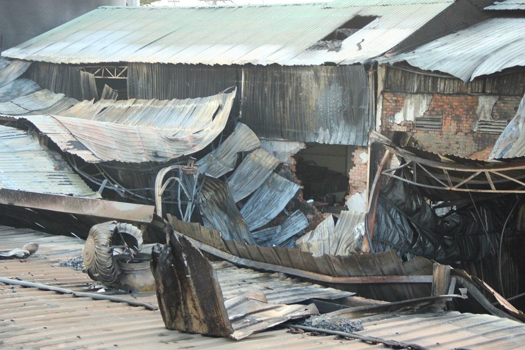 Toàn bộ phần mái nhà xưởng đổ sập