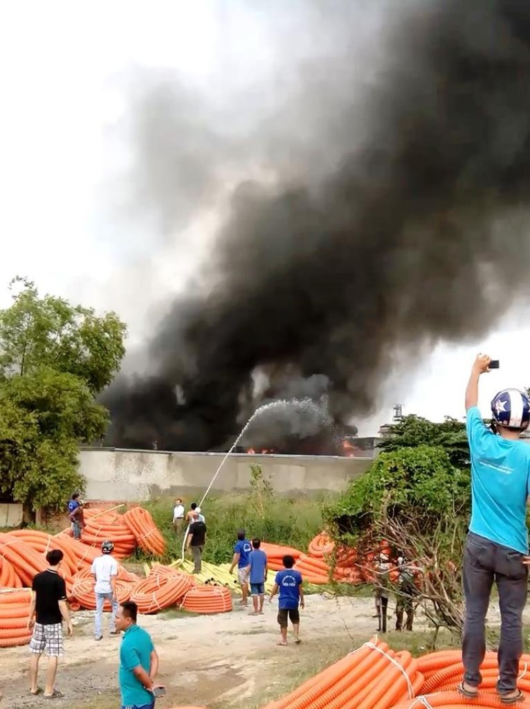 Người dân và nhân viên cây xăng gần đó kéo vòi rồng dập lửa ban đầu nhưng không đạt hiệu quả