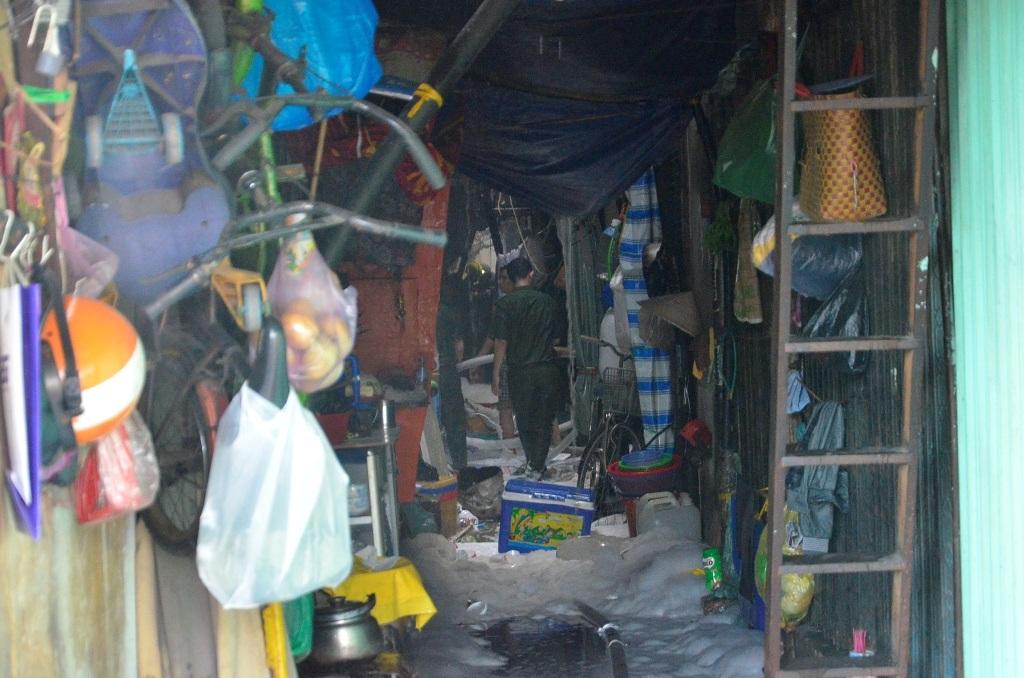 Bên trong chợ Gà xảy ra cháy. Tiểu thương, người dân vật vã lo mất tài sản.