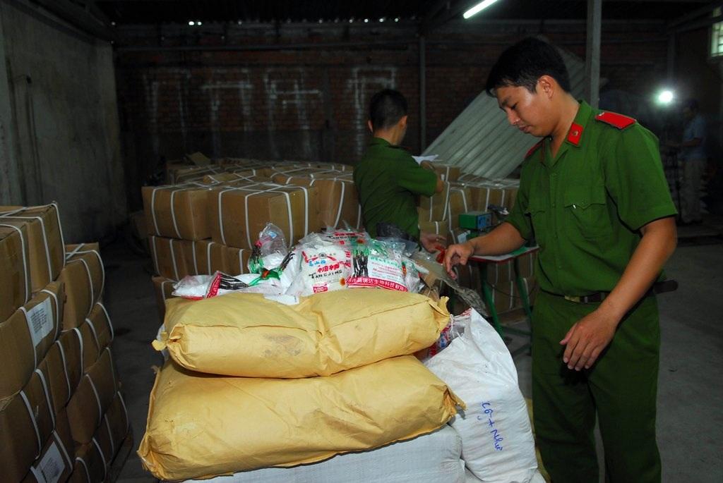 Công an kiểm tra kho đường của công ty Việt Nhật
