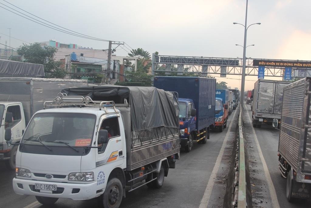 Các phương tiện xếp hàng dài trên quốc lộ