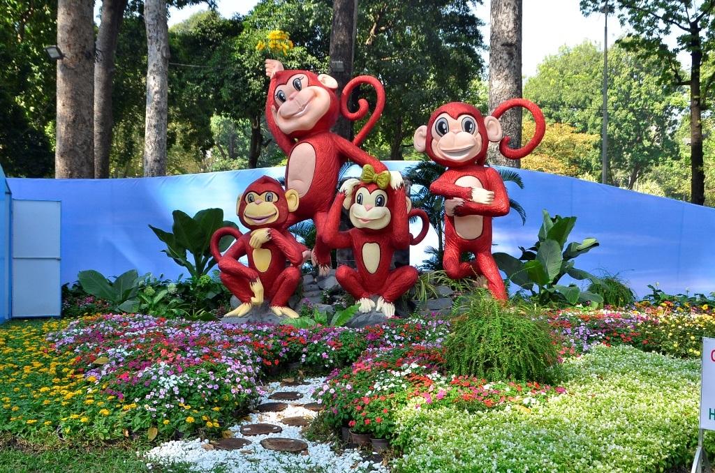 Gia đình khỉ tại cổng chính dẫn vào Hội hoa xuân Tao Đàn
