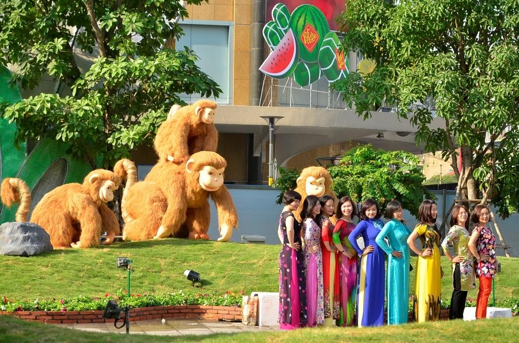 Những thiếu nữ thướt tha với tà áo dài đến chụp ảnh trên đường hoa Nguyễn Huệ