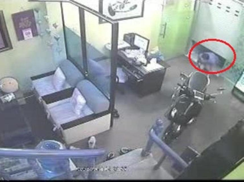 Một đối tượng trộm đột nhập nhà dân bị camera an ninh ghi lại