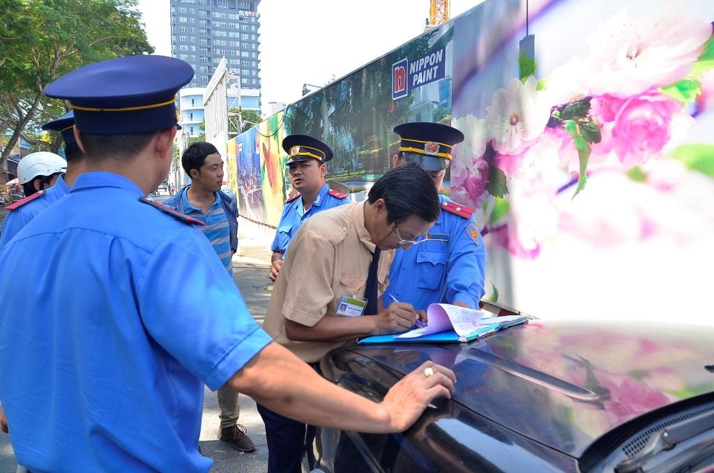 Lực lượng Thanh tra giao thông xử phạt 1 trường hợp lái xe đậu trên đường cấm