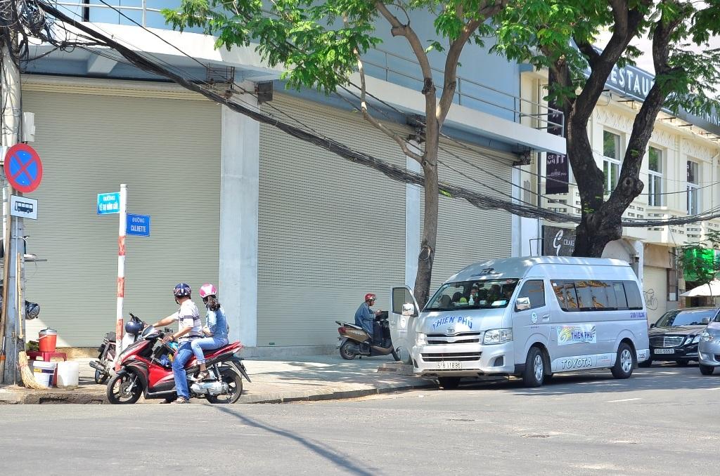 Do bị lực lượng chức năng quần thảo, kiểm tra liên tục nên nhiều nhà xe đã dừng đỗ khách ở các tuyến đường lân cận như: Phó Đức Chính, Nguyễn Công Trứ, Calmette…