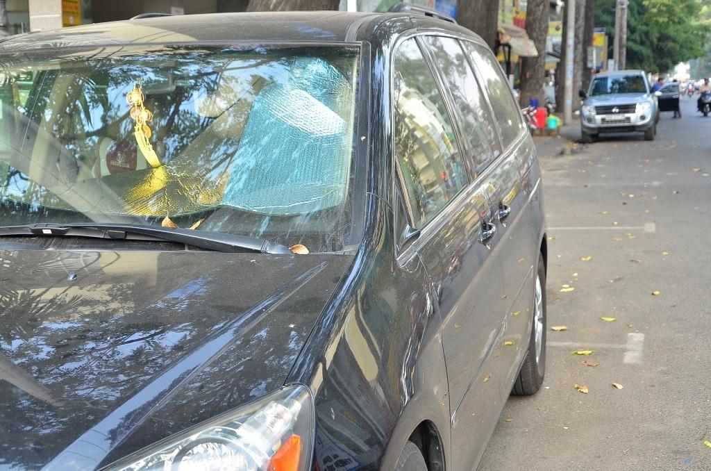 Một tài xế đánh xe đến khu chợ phụ tùng để tìm mua lại cặp kính chiếu hậu