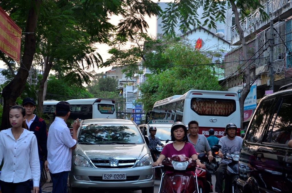 2 chiếc xe khách loại 50 chỗ của nhà xe Thành Bưởi vào bến gây cảnh ùn xe trên đường Vĩnh Viễn
