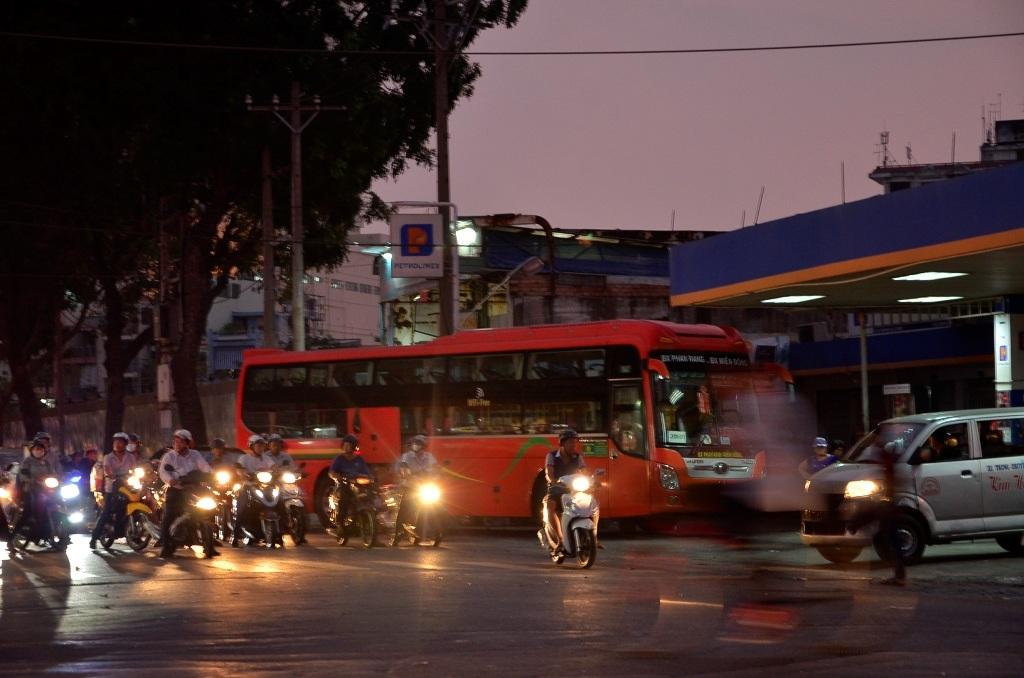 Do đường Lê Hồng Phong bị cấm nên nhiều nhà xe đã chuyển sang rước khách ở 1 số tuyến đường lân cận, trong ảnh là 1 chiếc xe khách đang đậu tại cây xăng ở góc đường Trần Phú - Lê Hồng Phong để chờ rước khách
