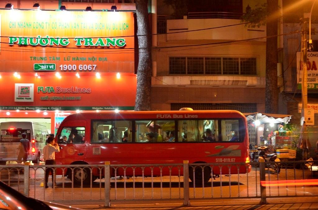 Chiếc xe 30 chỗ của nhà xe Phương Trang đậu dưới lòng đường để đón khách.