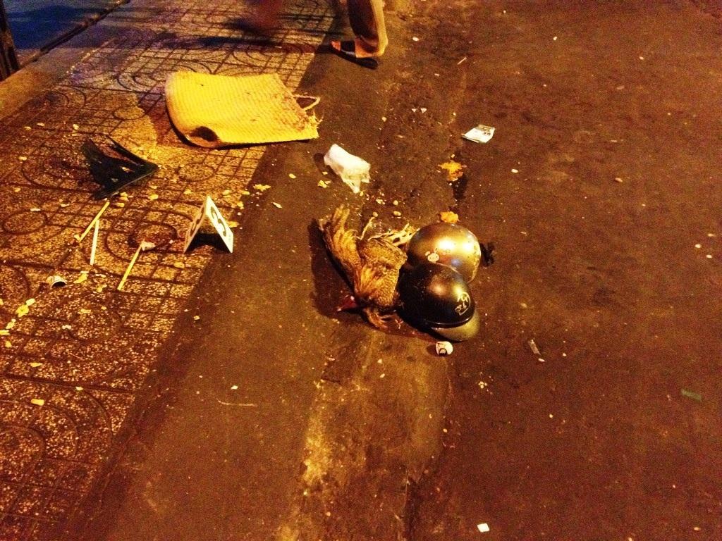 Con gà mà nhóm của Hùng đem đến ném trước nhà của Trung