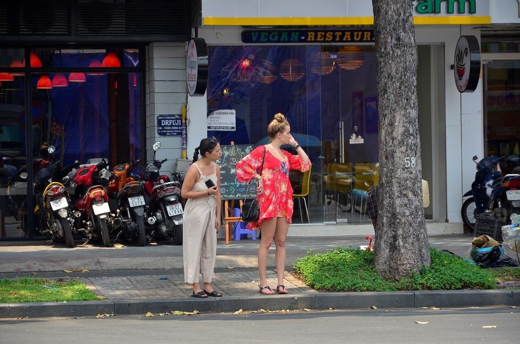 Tình trạng du khách nước ngoài hớ hênh khi đeo túi xách và dễ trở thành nạn nhân của kẻ cướp