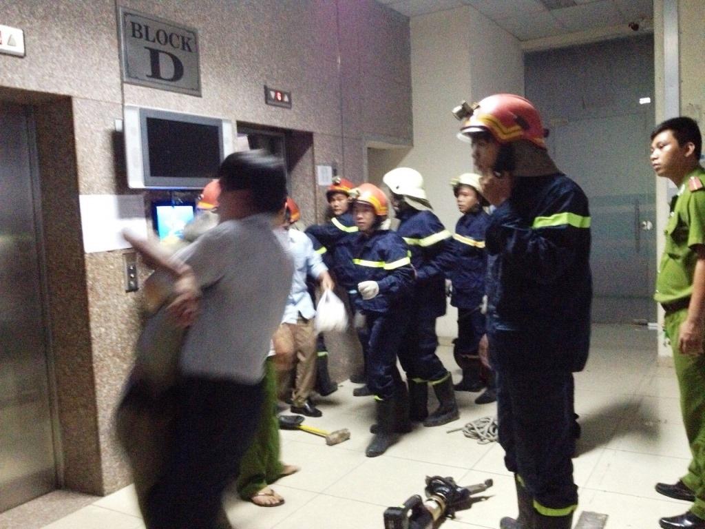 Lực lượng cứu hộ giải cứu các nạn nhân bị kẹt trong thang máy ra ngoài