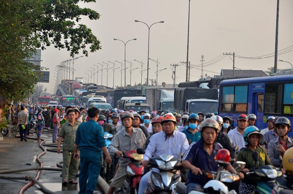 Hàng ngàn phương tiện kẹt cứng trên quốc lộ do ảnh hưởng của vụ cháy