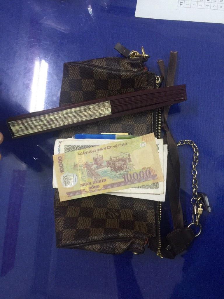 Chiếc túi xách là tang vật của vụ cướp