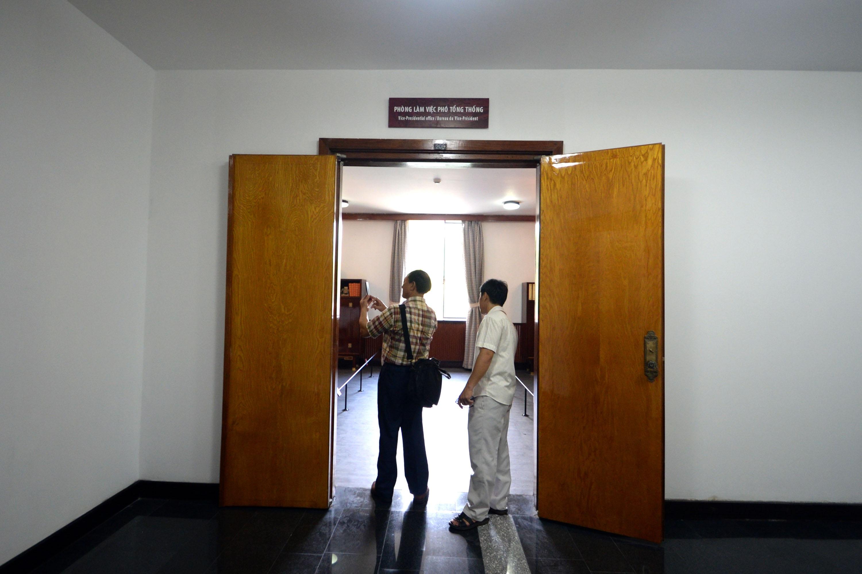 Du khách lần đầu được tham quan phòng làm việc của ông Nguyễn Cao Kỳ.