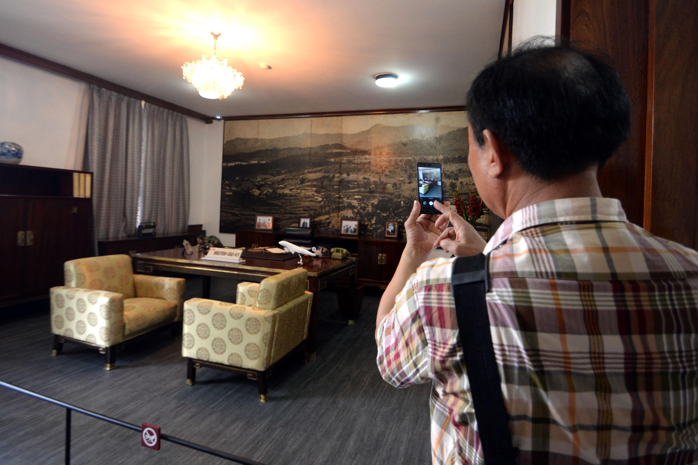 Du khách chụp hình lưu niệm trong phòng làm việc của ông Nguyễn Cao Kỳ.