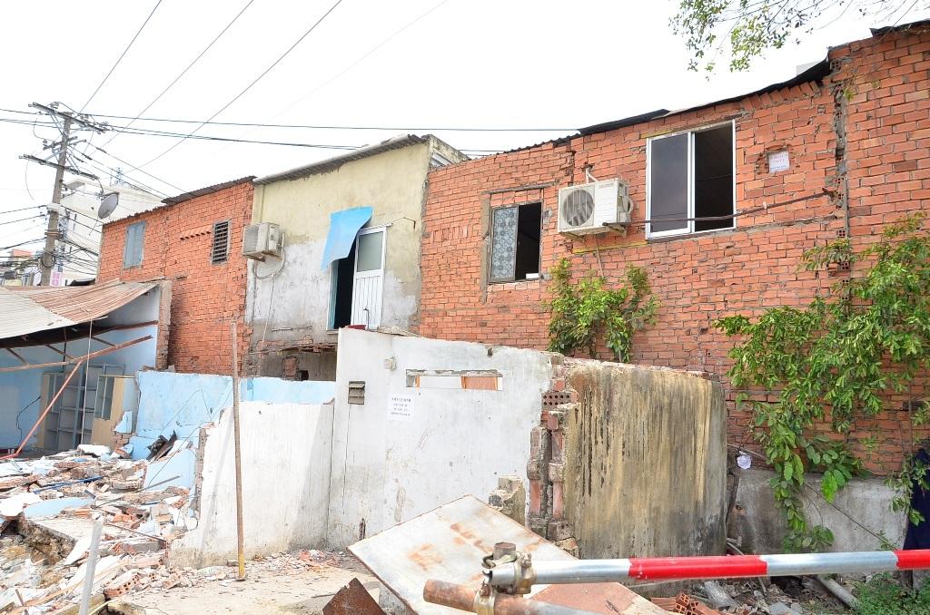 Dãy 8 căn nhà dân liền kề bị ảnh hưởng nghiêm trọng