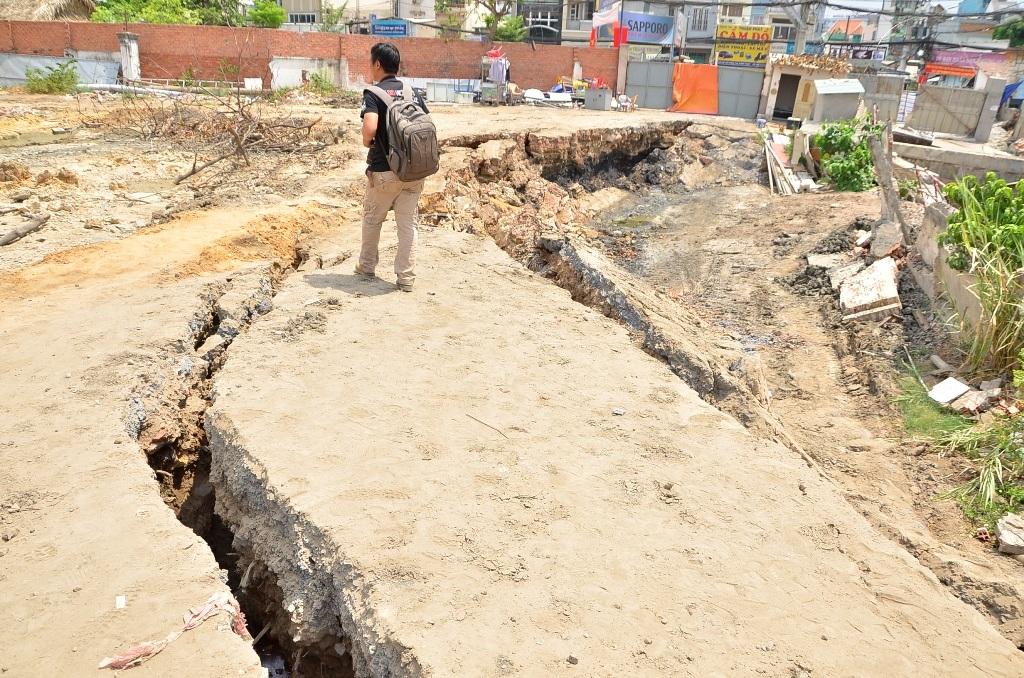 Nhiều vết nứt chạy dài trong khu vực công trình