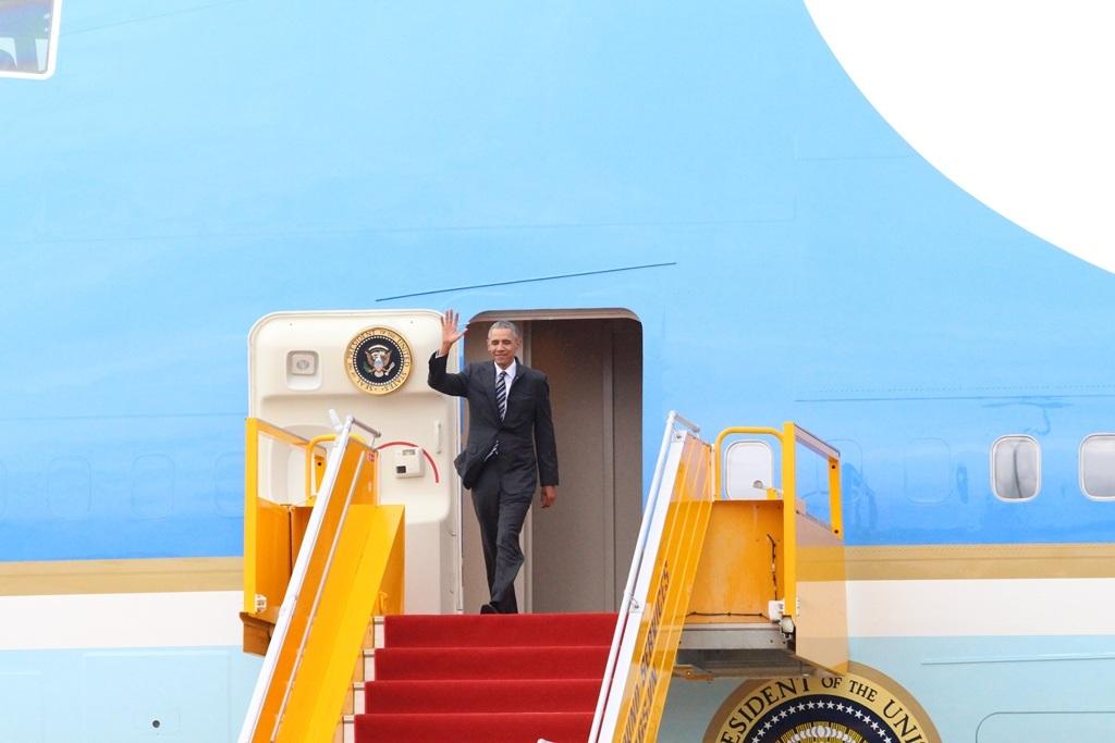 Đúng 16h chiều 24/5, Tổng thống Mỹ Barack Obama đáp chuyến bay xuống sân bay Tân Sơn Nhất