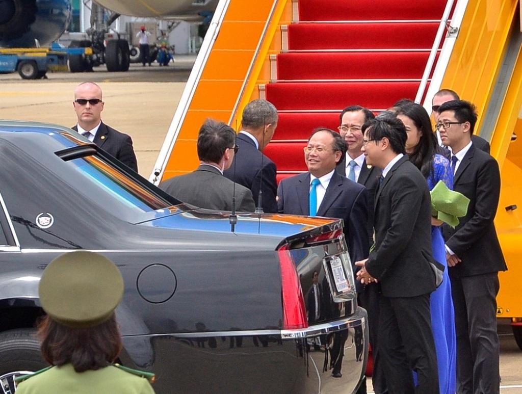 Ngay tại sân bay, ông Tất Thành Cang - Phó Bí thư Thường trực Thành ủy TPHCM đã chờ sẵn để bắt tay, trò chuyện trước khi Tổng thống Obama lên chuyên cơ