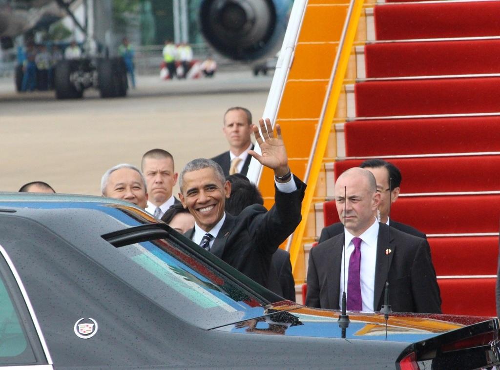 Ông Obama nở nụi cười thân thiện và vẫy tay chào trước khi bước vào xe