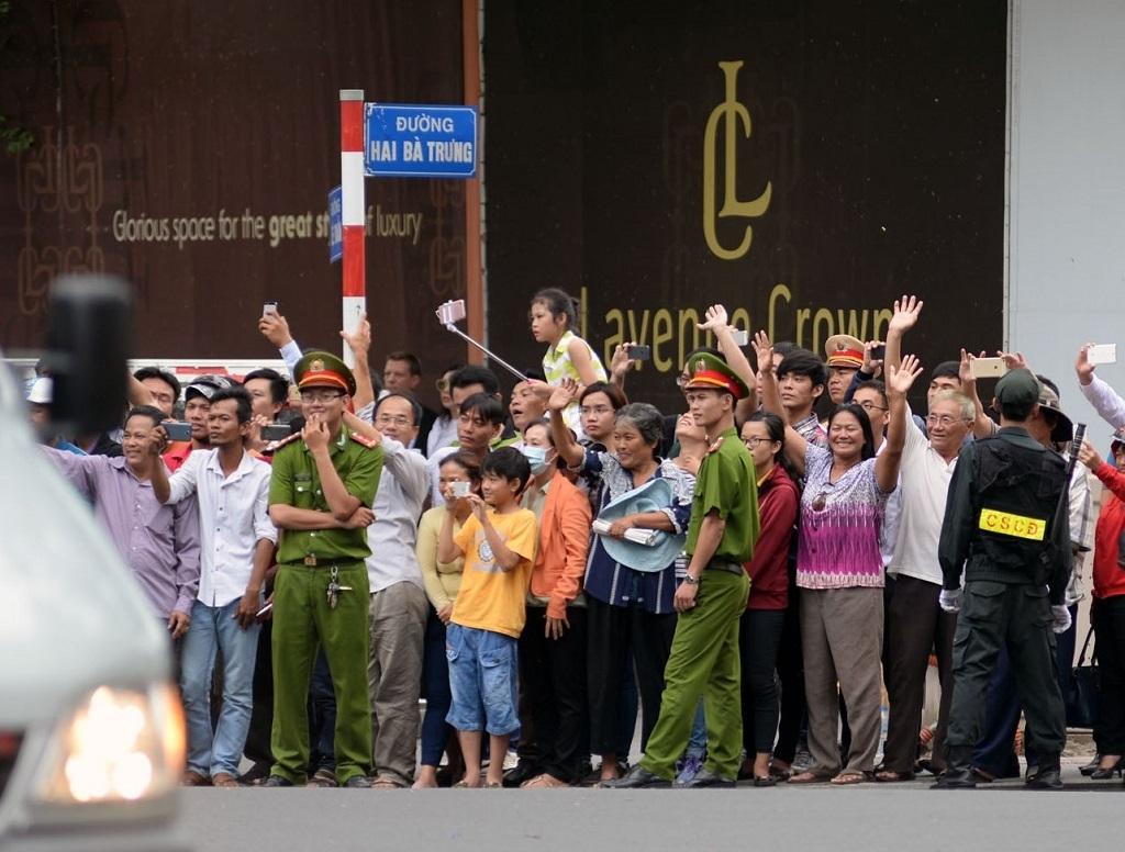 Người dân TPHCM đứng dọc hai bên tuyến đường để chào đón Tổng thống Obama