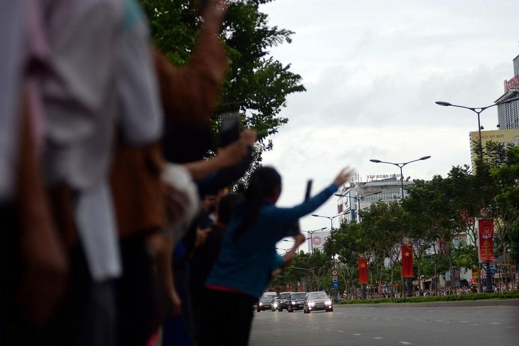 Dọc theo trục đường mà đoàn xe đi qua, người dân Sài Gòn chào đón rất nồng nhiệt