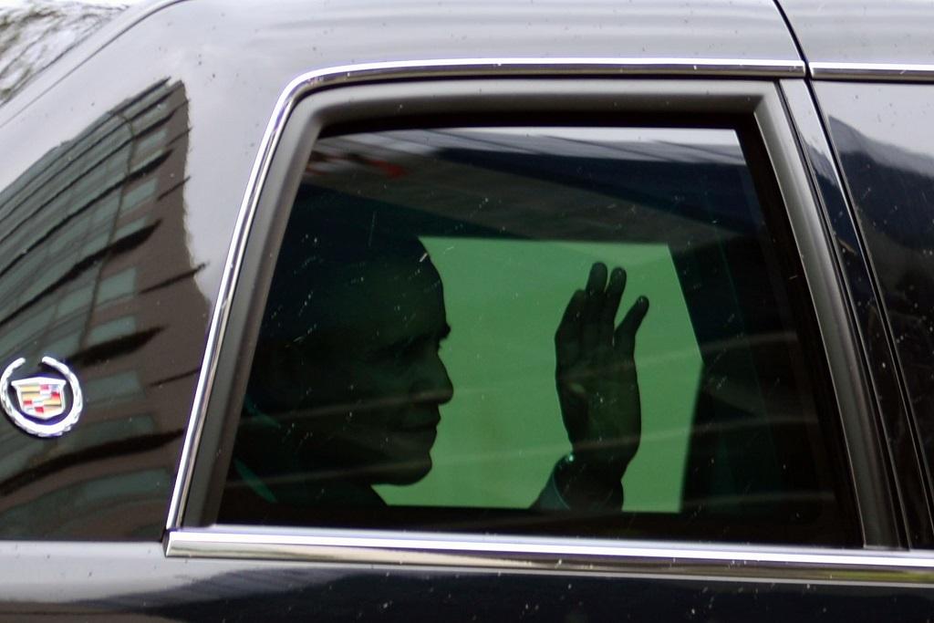 Tổng thống Obama vẫy tay chào người dân từ trên chiếc xe limousine