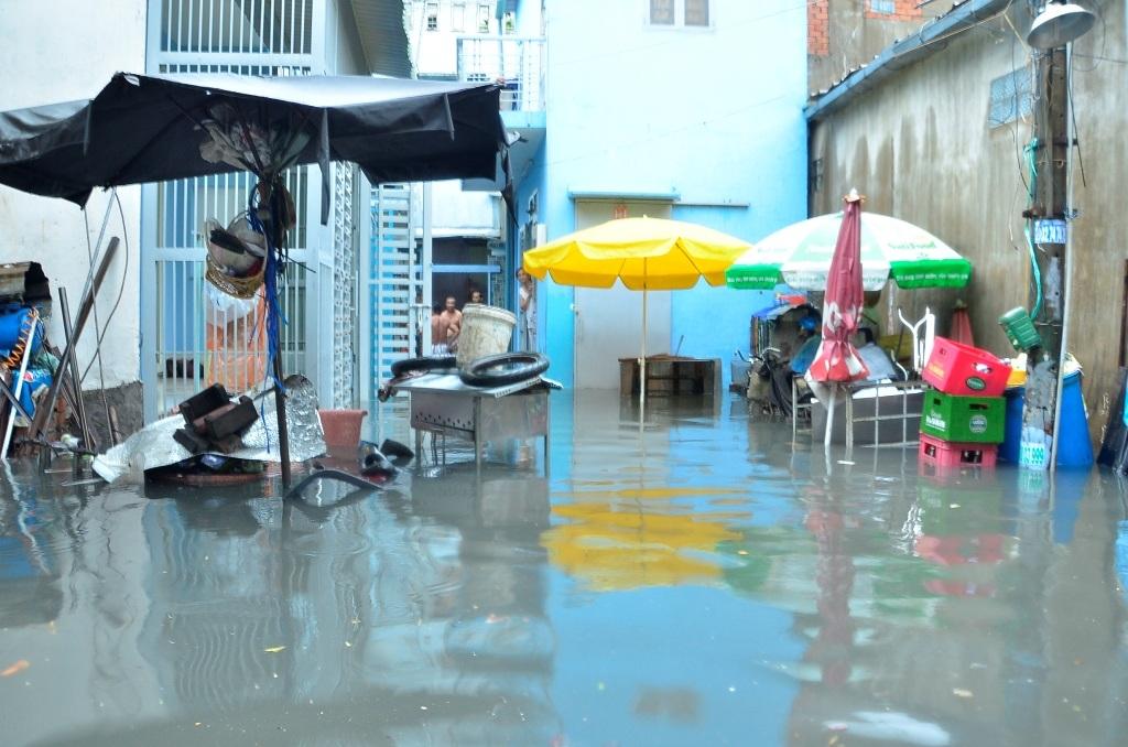 Khu dân cư bị nước bủa vây