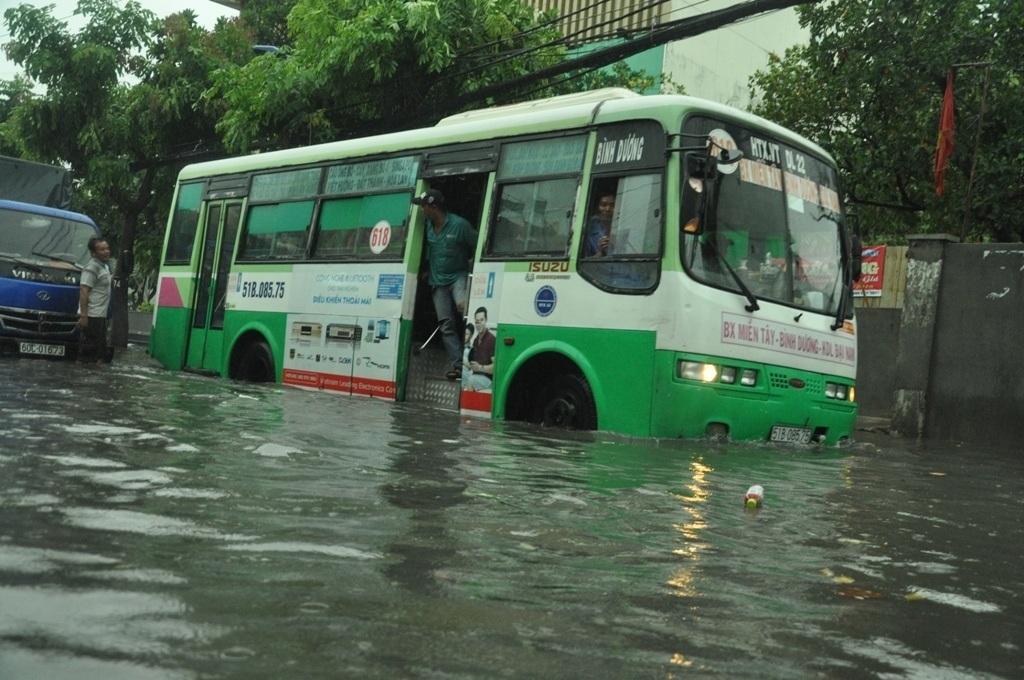 Chiếc xe buýt cũng chào thua và chờ nước rút