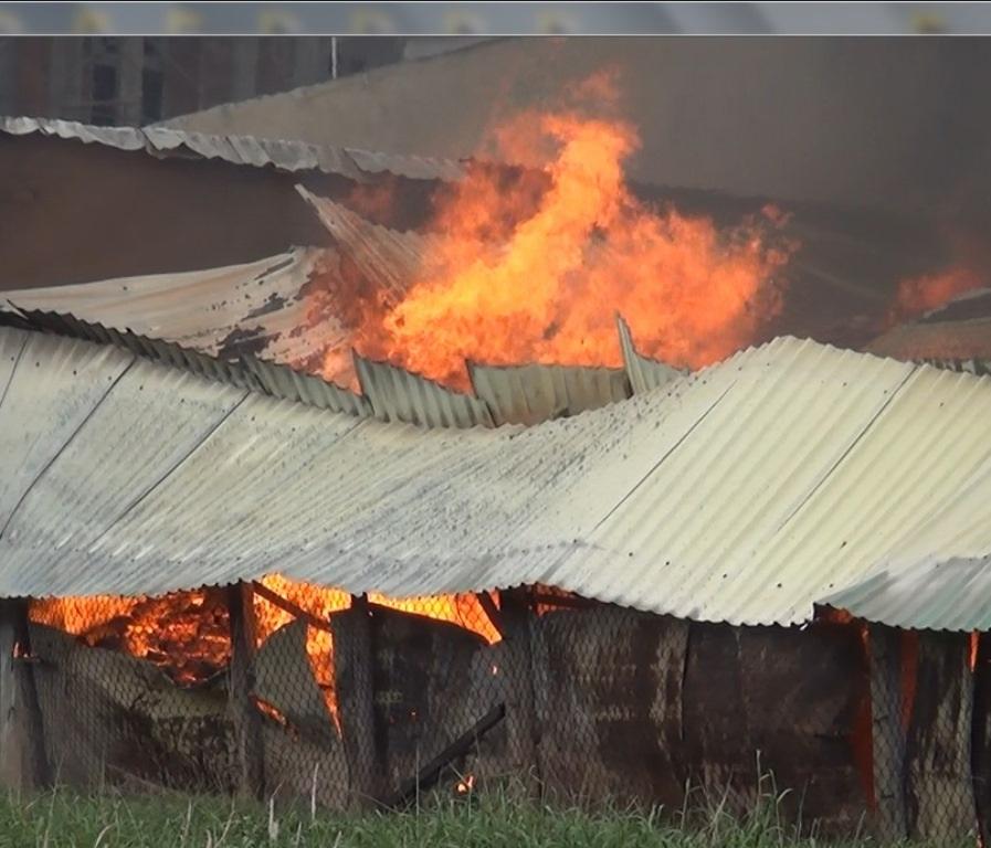 Khói lửa bao trùm xưởng nệm mút