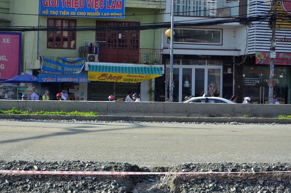 Đường Kinh Dương Vương được nâng cao khiến nền nhà dân bị thấp cả mét