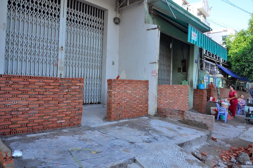 Cả dãy nhà đồng loạt xây bình phong để chống ngập