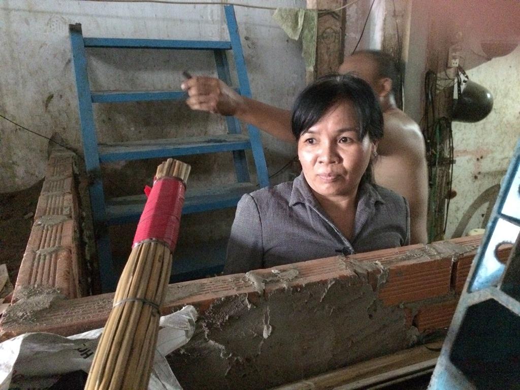 Bà Nguyễn Thị Vân ở số 606 Kinh Dương Vương phải bắc thang để lên xuống nhà mình