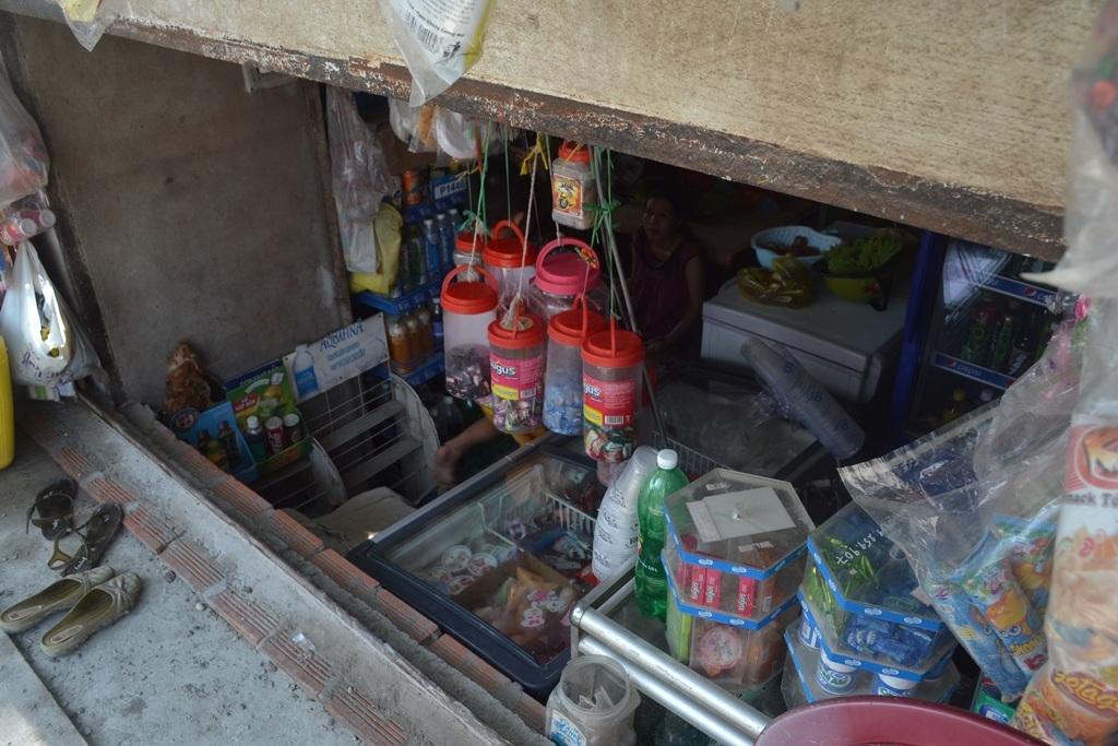 Việc sinh hoạt, buôn bán của người dân được tiến hành trong... hầm