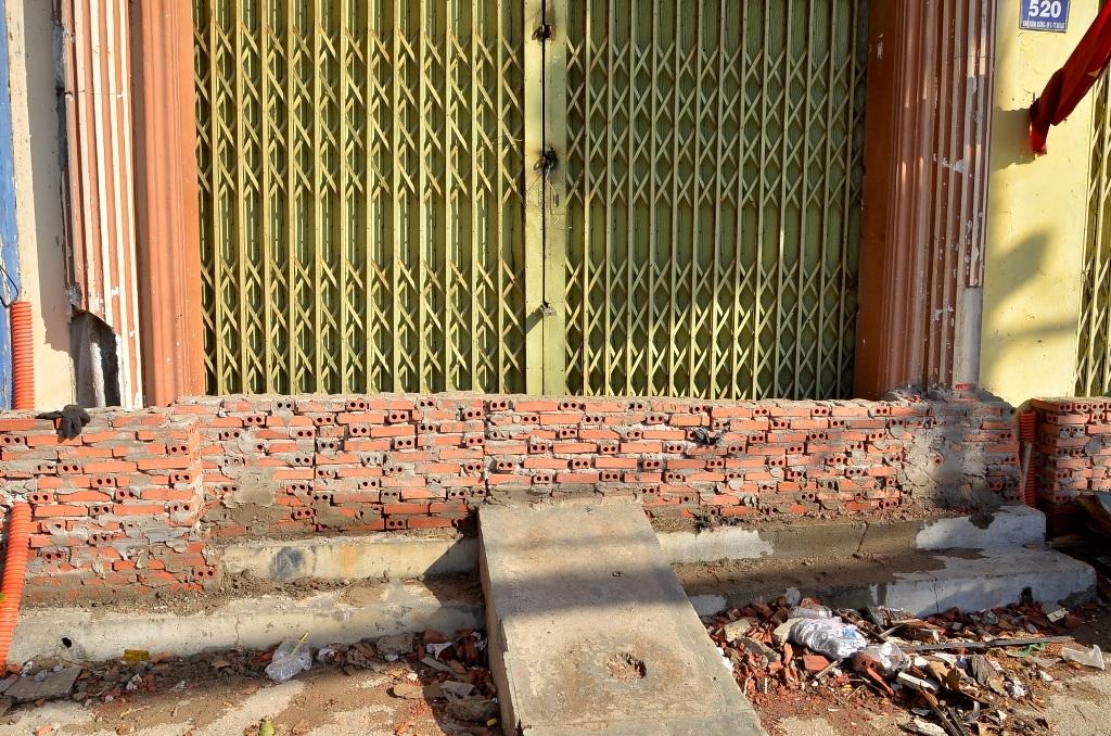 Một số hộ dân đã tiến hành xây bít luôn lối ra vào nhà để chống ngập