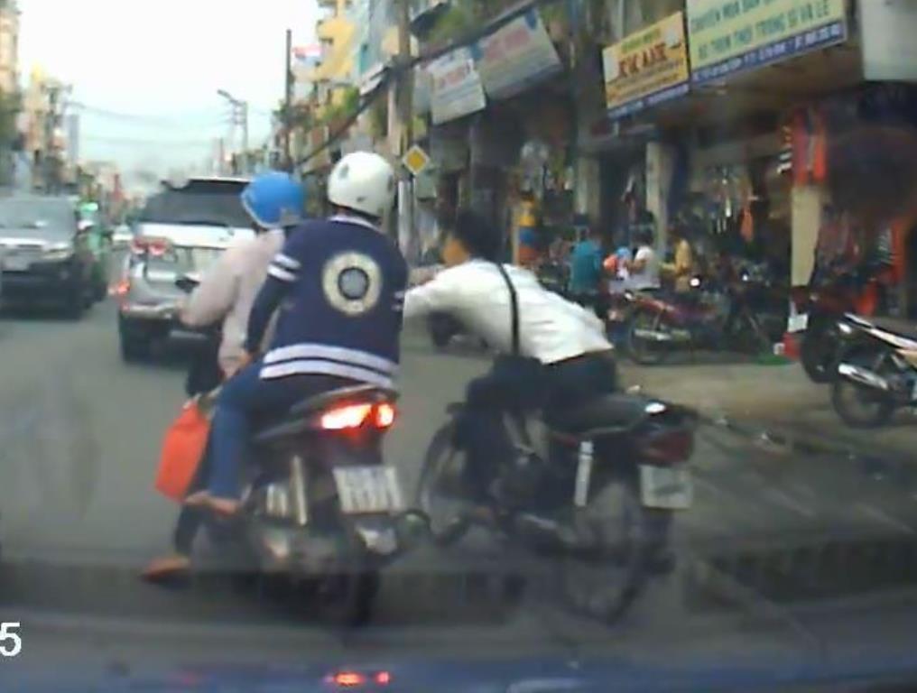 Đối tượng giật giỏ xách của 2 người phụ nữ bị camera hành trình ghi lại