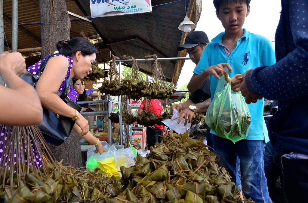 Người dân đổ xô mua bánh ú tro cúng Tết Đoan Ngọ 5/5 Âm lịch