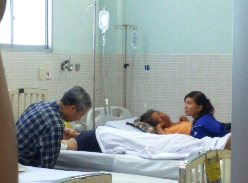 Nạn nhân Nguyễn Thị Năm Lý vẫn đang được cấp cứu tại Bệnh viện quận Tân Phú