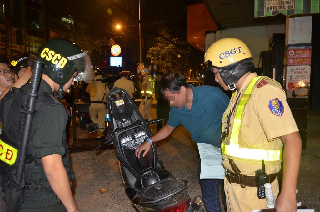 Công an TPHCM phối hợp kiểm tra những người nghi vấn sau 23h đêm