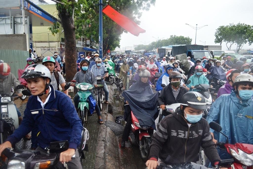 Đường Trường Chinh kẹt xe trầm trọng do sự cố cây ngã